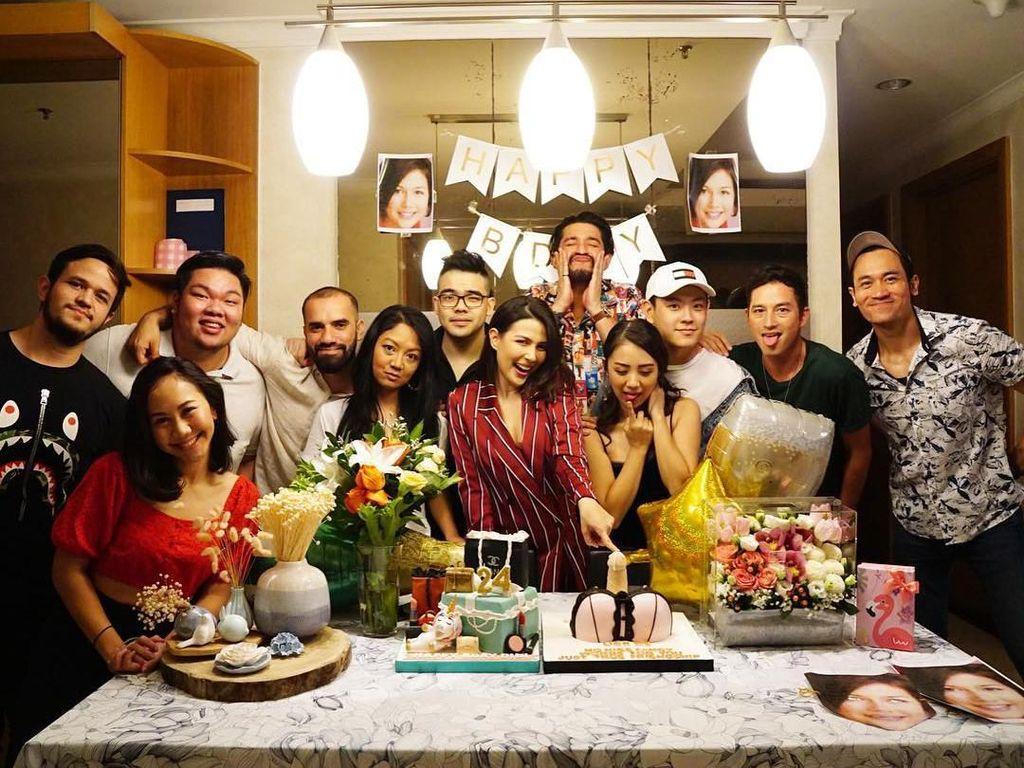Diberi beragam kue, Ida nampak senang mendapat kejutan manis dari teman-temannya saat ulang tahun. Foto: Instagram idarhijnsburger