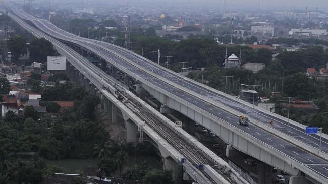Sejumlah kendaraan petugas jalan tol melintas di area pengerjaan perbaikan sisi sambung jalan Tol layang Jakarta-Cikampek II (Elevated), di Bekasi, Jawa Barat. (ANTARA FOTO/Risky Andrianto)