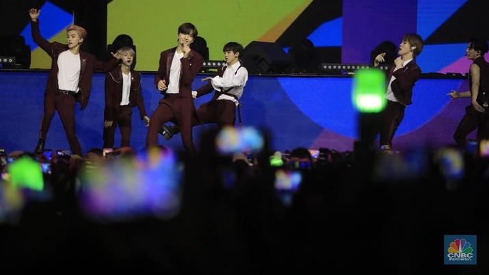 EXO dan NCT mengguncang panggung HUT Transmedia pada Sabtu dan Minggu kemarin.