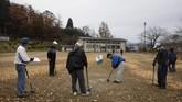 Limbah radioaktif dari dekontaminasi di sekiar pabrik dan seluruh area Fukushima disimpan dalam ribuan kantong penyimpanan yang disimpan sementara di Futaba dan Okuma.(AP Photo/Jae C. Hong)