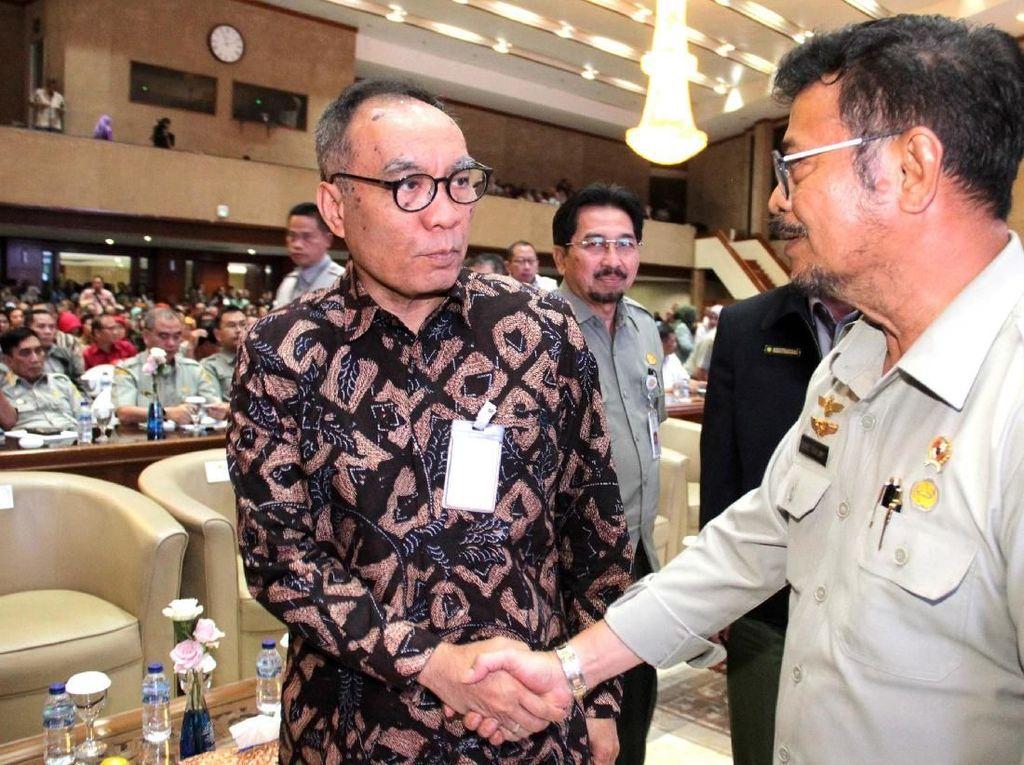 Menteri Pertanian Syahrul Yasin Limpo berbincang dengan Direktur Hubungan Kelembagaan Bank Mandiri Donsuwan Simatupang usai pembukaan Rakornas Kementerian Pertanian di Jakarta.