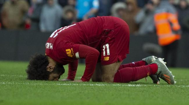 Mohamed Salah merayakan gol kedua ke gawang Watford. Kemenangan 2-0 atas Watford membuat Liverpool unggul 10 poin atas Leicester City dan menutup 2019 di puncak klasemen Liga Inggris. (AP Photo/Rui Vieira)