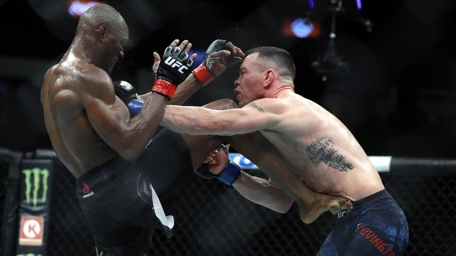 Pertarungan Kamaru Usman vs Colby Covington berlangsung menarik. Covington yang pernah menjadi juara dunia interim memberi perlawanan sengit dan beberapa kali membuat Usman goyah. (Steve Marcus/Getty Images/AFP)