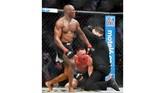 Wasit Marc Goddard menghentikan pertarungan dan memberi kemenangan TKO kepada Kamaru Usman saat ronde kelima berjalan 4 menit dan 10 detik. (AP Photo/John Locher)