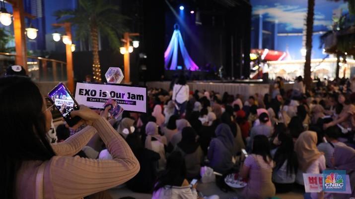 Meski boyband idolanya masih sibuk latihan, fans yang sudah ramai histeris tak sabar menunggu aksi sang idola