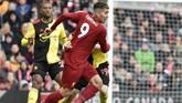 Liverpool menjamu Watford pada lanjutan Liga Inggris di Stadion Anfield, Sabtu (14/12). Penyerang Liverpool Roberto Firmino duel dengan pemain Watford Will Hughes. (AP Photo/Rui Vieira)