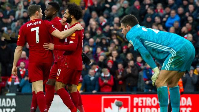 Kembali menggunakan kaki kanan, Mohamed Salah meneruskan tendangan Divock Origi yang tidak tepat sasaran. Salah mencetak tiga gol dalam dua laga terakhir dan semuanya menggunakan kaki kanan, kaki terlemahnya. (AP Photo/Rui Vieira)