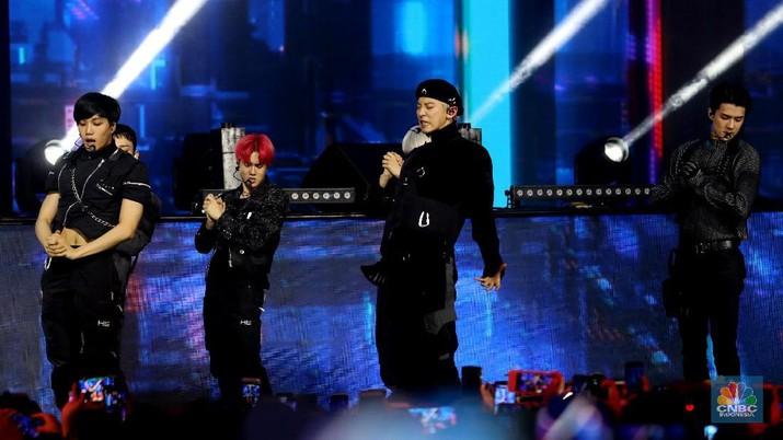 Penampilan EXO memukau ribuan penonton, semoa heboh dan terhipnotis oleh aksi panggung boyband ini