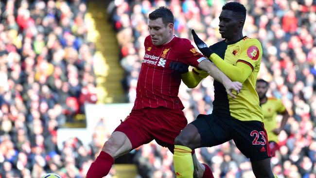 Pemain Watford Ismaila Sarr berusaha merebut bola dari gelandang Liverpool James Milner. The Reds sempat kesulitan mencetak gol di babak pertama. (AP Photo/Rui Vieira)