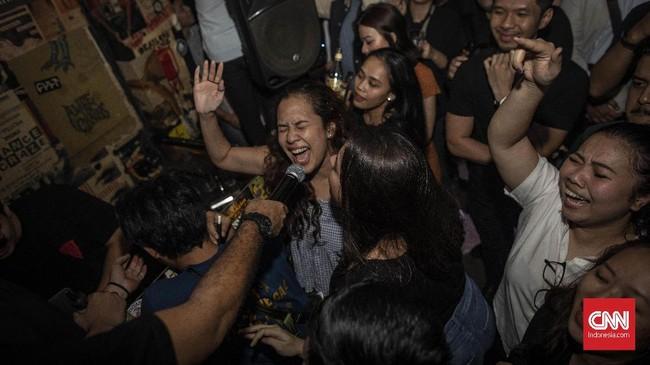 Tak ayal, karaoke yang dulu hanya berlangsung di ruang-ruang privat, kini mulai meluas ke bar-bar kecil dengan jadwat yang padat. (CNN Indonesia/Bisma Septalisma)