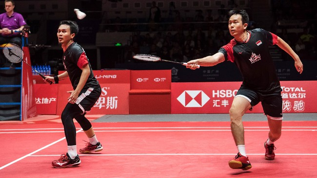 Mohammad Ahsan/Hendra Setiawan menghadapi Hiroyuki Endo/Yuta Watanabe di final BWF World Tour Finals, Minggu (15/12), usai mengalahkan Lee Yang/Wang Chi-lin di semifinal. (STR / AFP)