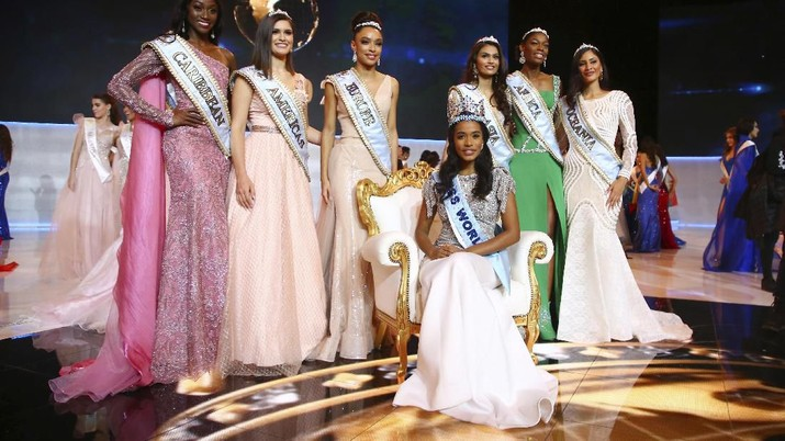 Winner of Miss World 2019, Toni-Ann Singh of Jamaica, front centre, poses for photographers in front of the other finalists, at the 69th annual Miss World competition at the Excel centre in London Saturday, Dec 14, 2019, as 120 national representatives from around the world compete for the famous blue crown. Reigning Miss World, Vanessa Ponce de Leon from Mexico crowned her successor. (Photo by Joel C Ryan/Invision/AP)