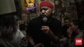 Bak konser, penguasa mikrofon karaoke memimpin paduan suara para pengunjung bar yang menyanyi massal walau tak saling kenal. (CNN Indonesia/Bisma Septalisma)