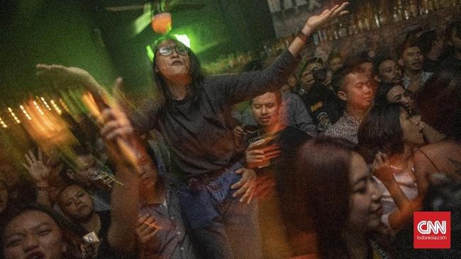 Tren karaoke massal ini ikut menambah seubur pendapatan bar-bar yang rutin menggelar karaoke. Tak tanggung-tanggung, pendapatan terbanyak pun mereka raih saat gelaran karaoke massal dilangsungkan. (CNN Indonesia/Bisma Septalisma)