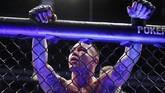 Colby Covington bereaksi setelah dinyatakan kalah TKO dari Kamaru Usman. Usai pertarungan Covington mengaku masih bisa melanjutkan pertarungan dan menganggap Marc Goddard telah 'merampoknya'. (AP Photo/John Locher)