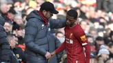 Pelatih Liverpool Juergen Klopp berbicara dengan Georginio Wijnaldum setelah gelandang Belanda itu mengalami cedera dan digantikan Andrew Robertson pada menit ke-59. (AP Photo/Rui Vieira)