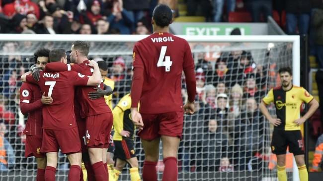 Liverpool baru mampu memecah kebuntuan pada menit ke-38. Usai menerima assist Sadio Mane, Mohamed Salah melakukan drive dan melepaskan tendangan kaki kanan ke pojok kiri gawang. (AP Photo/Rui Vieira)