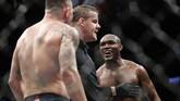 Pertarungan sempat beberapa kali dihentikan wasit Marc Goddard karena kesalahan Colby Covington yang memukul bagian bawah dan mencolok mata Kamaru Usman. (AP Photo/John Locher)