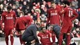 Gelandang Liverpool Georginio Wijnaldum mengalami cedera jelang pertengahan babak kedua dan mendapat perawatan tim medis. (AP Photo/Rui Vieira)