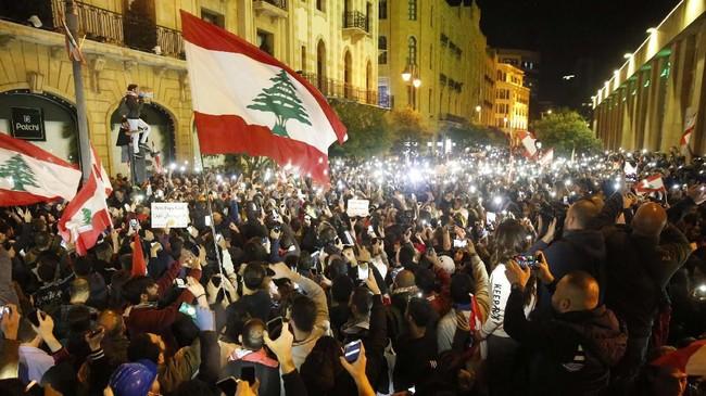 Demo yang berakhir ricuh pada Minggu (15/12) membuat pasukan keamanan menembakkan gas air mata, peluru karet, hingga meriam air ke arah demonstran.(AP Photo/Hussein Malla)