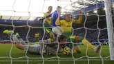 Norwich City menghentikan tren kemenangan Leicester City di Liga Inggris usai kedua tim bermain imbang 1-1 diStadion King Power Stadium. Teemu Pukki membawa Norwich unggul lebih dahulu, namun Tim Krul mencetak gol bunuh diri yang membuat skor akhir imbang 1-1. (Nick Potts/PA via AP)