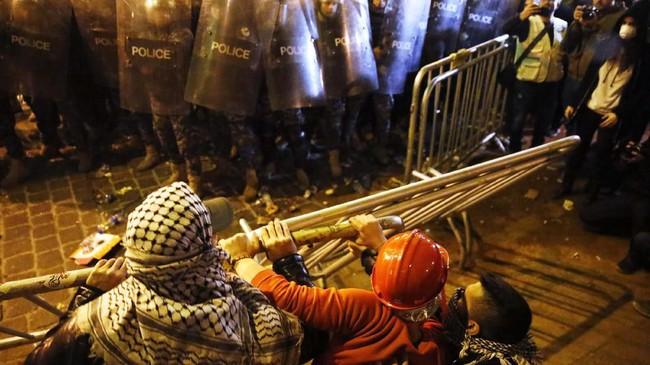 Ketegangan semakin terasa setelah aksi likuiditas dan krisis terhadap mata uang asing.(AP Photo/Hussein Malla)
