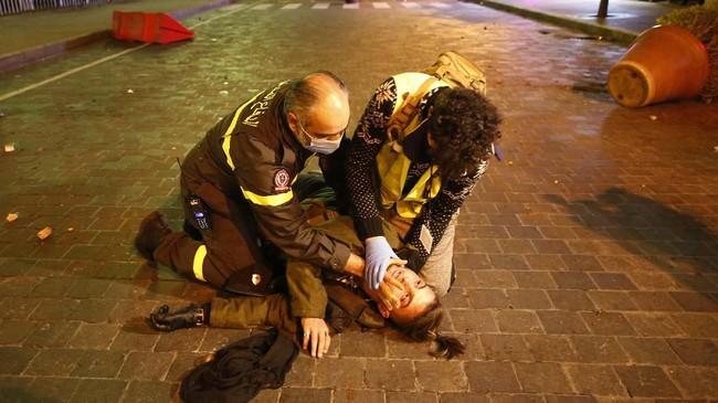 Tercatat puluhan orang dan seorang jurnalis luka-luka hingga mendapat perawatan intensif di rumah sakit.(AP Photo/Hussein Malla)