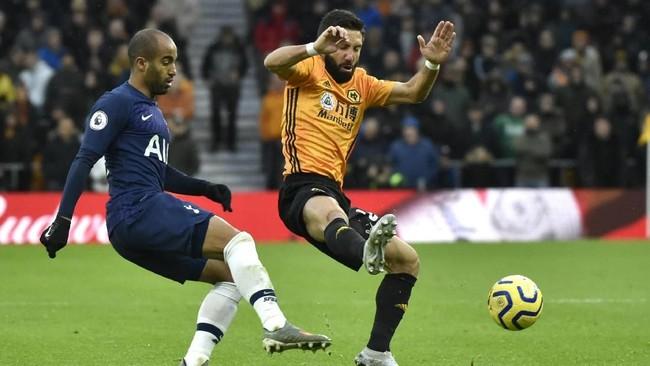 Tottenham Hotspur memanfaatkan kelengahan MU yang diimbangi Everton dengan menang 2-1 atas Wolverhampton Wanderers di Stadion Molineux. Kemenangan itu membawa The Lilywhites naik ke peringkat lima klasemen sementara menggeser MU. (AP Photo/Rui Vieira)