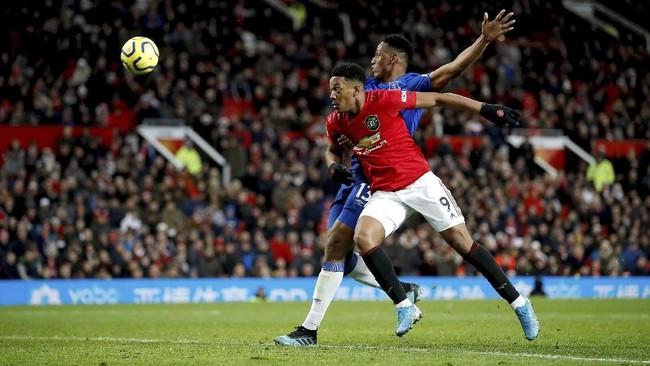 Manchester United (merah) kembali tampil inkonsisten di Liga Inggris setelah ditahan imbang Everton 1-1 di Stadion Old Trafford, Minggu 15/12). Dalam lima pertandingan terakhir, MU hanya menang dua kali dan tiga kali imbang. (Martin Rickett/PA via AP)