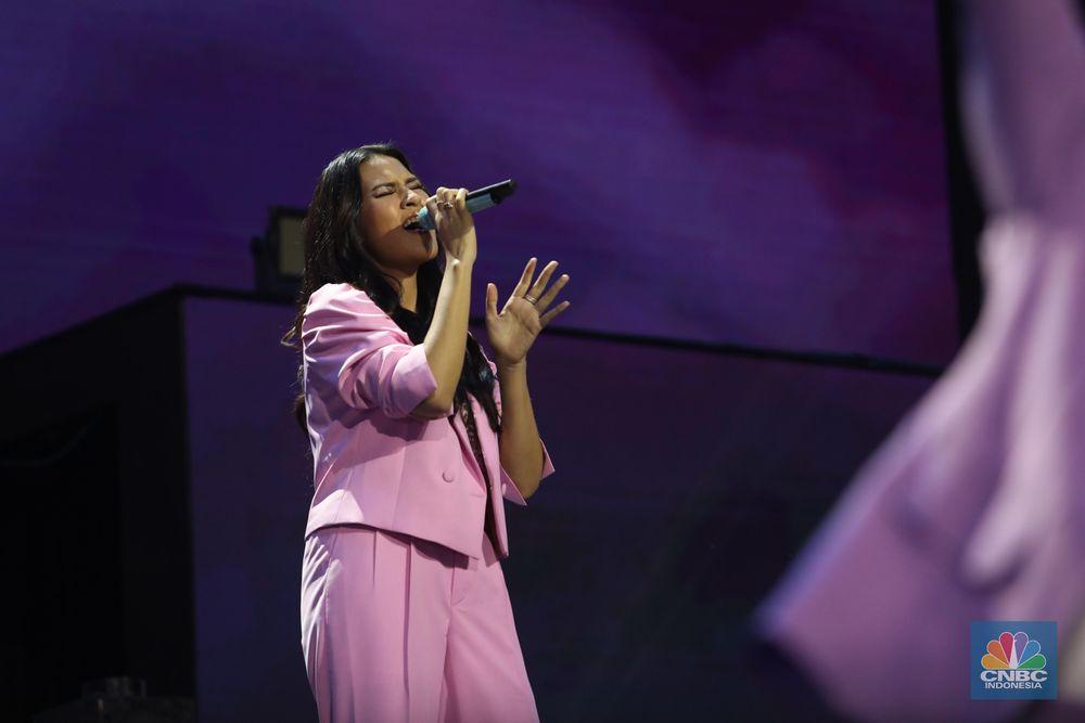 Tak hanya Rossa, Raisa juga turut menyumbangkan suara emasnya pada Minggu malam.Dengan setelan jas warna merah muda, Raisa bernyanyi diiringi penari latar dengan busana serupa warna pastel. (CNBC Indonesia/Tri Susilo)