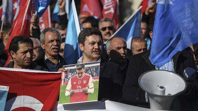 Pernyataan Mesut Ozil yang mendukung muslim Uighur membuat stasiun televisi China CCTV memutuskan untuk tidak menyiarkan pertandingan Arsenal vs Man City sebagai bentuk protes. (Ozan KOSE / AFP)