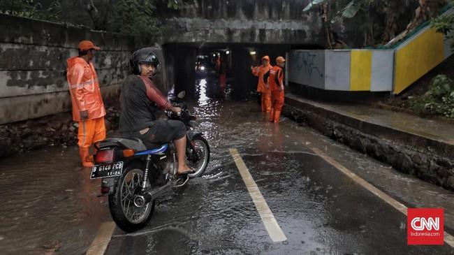Hujan derasterjadi di kawasan pusat DKI Jakarta dan sekitarnya sejak Selasa (17/12) pukul 13.00 WIB.Genangan di sejumlah titik yang membuat lalu lintas menjadi padat. (CNN Indonesia/Bisma Septalisma).
