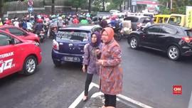 VIDEO: Surabaya Macet Total, Wali Kota Risma Atur Lalu Lintas