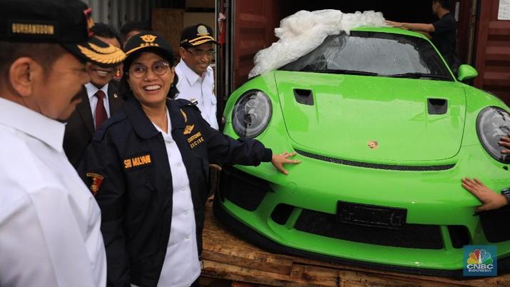 Menteri Keuangan Sri Mulyani Indrawati mengungkapkan penyelundupan kendaraan mewah di RI naik.