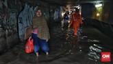 Genangan terjadi akibat saluran tak mampu menampung derasnya curah hujan. (CNN Indonesia/Bisma Septalisma)