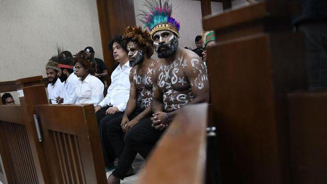 Hakim Tunda Sidang karena Aktivis Papua Berkeras Pakai Koteka