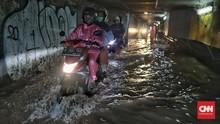 Tips Pilih Jas Hujan Buat Biker Wanita, Trendi Tetap Aman