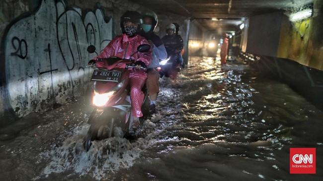 Genangan air terlihat di jalan Manunggal, kelurahan Ceger, Jakarta Timur, Selasa, 17 Desember 2019. Genangan terjadi akibat hujan deras yang melanda Jakarta dan sekitarnya sejak siang hari. (CNN Indonesia/Bisma Septalisma).