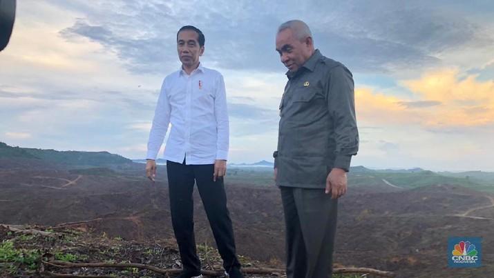 Presiden Jokowi melakukan survei lapangan untuk menentukan titik pusat ibu kota baru di Kalimantan Timur.