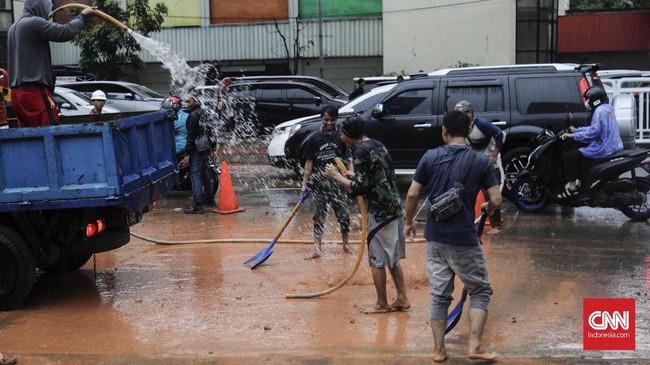 Genangan yang menutup hingga ketinggian rata-rata 10-15 centimeter juga terjadi di jalan Rasuna Said antara Menara Kadin hingga Menara Cyber arah Monas.(CNNIndonesia/Adhi Wicaksono).