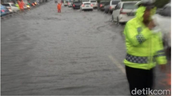 Tol Dalam Kota sempat banjir, Jasa Marga mengklaim sejak pukul 15.00 air sudah surut.