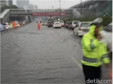 Walah! Dihajar Hujan, Tol Dalam Kota Sempat Banjir & Macet