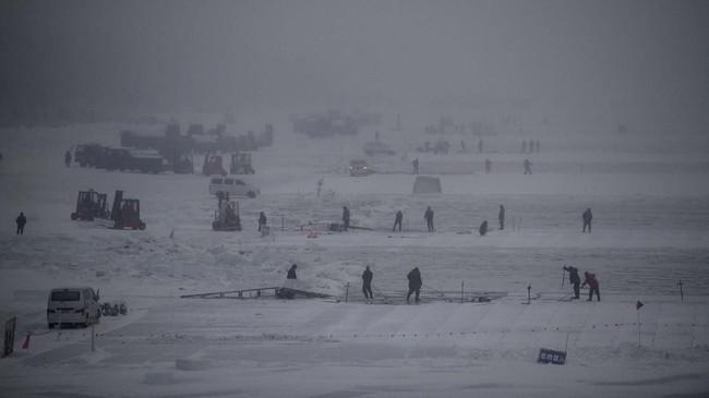 Lebih dari 100 orang bekerja di Sungai Songhua untuk menambang 170 ribu meter kubik es batu yang dibutuhkan Festival Es Harbin tahun ini - jumlah yang cukup untuk mengisi 70 kolam renang ukuran Olimpiade. (NOEL CELIS / AFP)