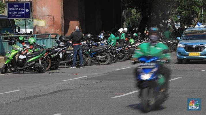 Puluhan Driver Ojol Ini Parkir di Tengah Jalan Mangga Dua. (CNBC Indonesia/Andrean Kristianto)
