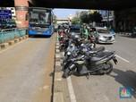 Duh! Puluhan Driver Ojol Parkir di Tengah Jalan Mangga Dua