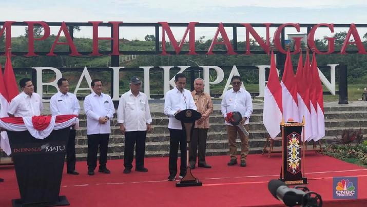 Intip Gaya Jokowi Resmikan 'Bak Sampah Raksasa' di Balikpapan