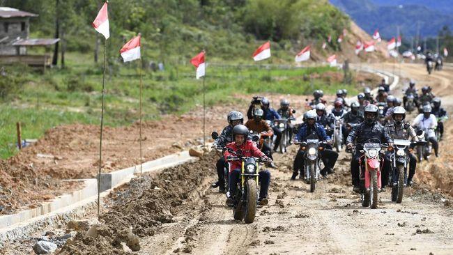 Jokowi Naik Motor Custom Jajal Jalan Perbatasan di Kalimantan