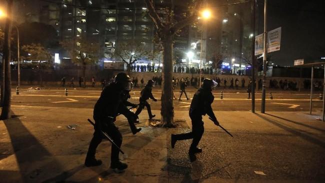 Demonstran berunjuk rasa hingga memblokir jalan menuju stadion Camp Nou untuk mendorong pemerintah Spanyol berdialog dengan kelompok separatis. (AP Photo/Joan Mateu)