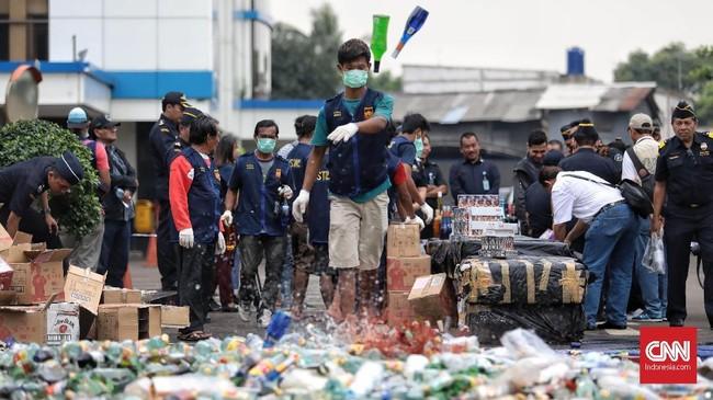 Miras dan batang rokok ilegal itu didapatkan dari sejumlah operasi yang dilakukan Direktorat Bea dan Cukai Kementerian Keuangan.(CNN Indonesia/Bisma Septalisma)