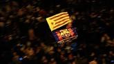 Pihak berwenang mengawal upaya gerakan separatis Catalonia sehingga membuat pertandingan sepak bola dihentikan beberapa saat. (Photo by Pau Barrena / AFP)